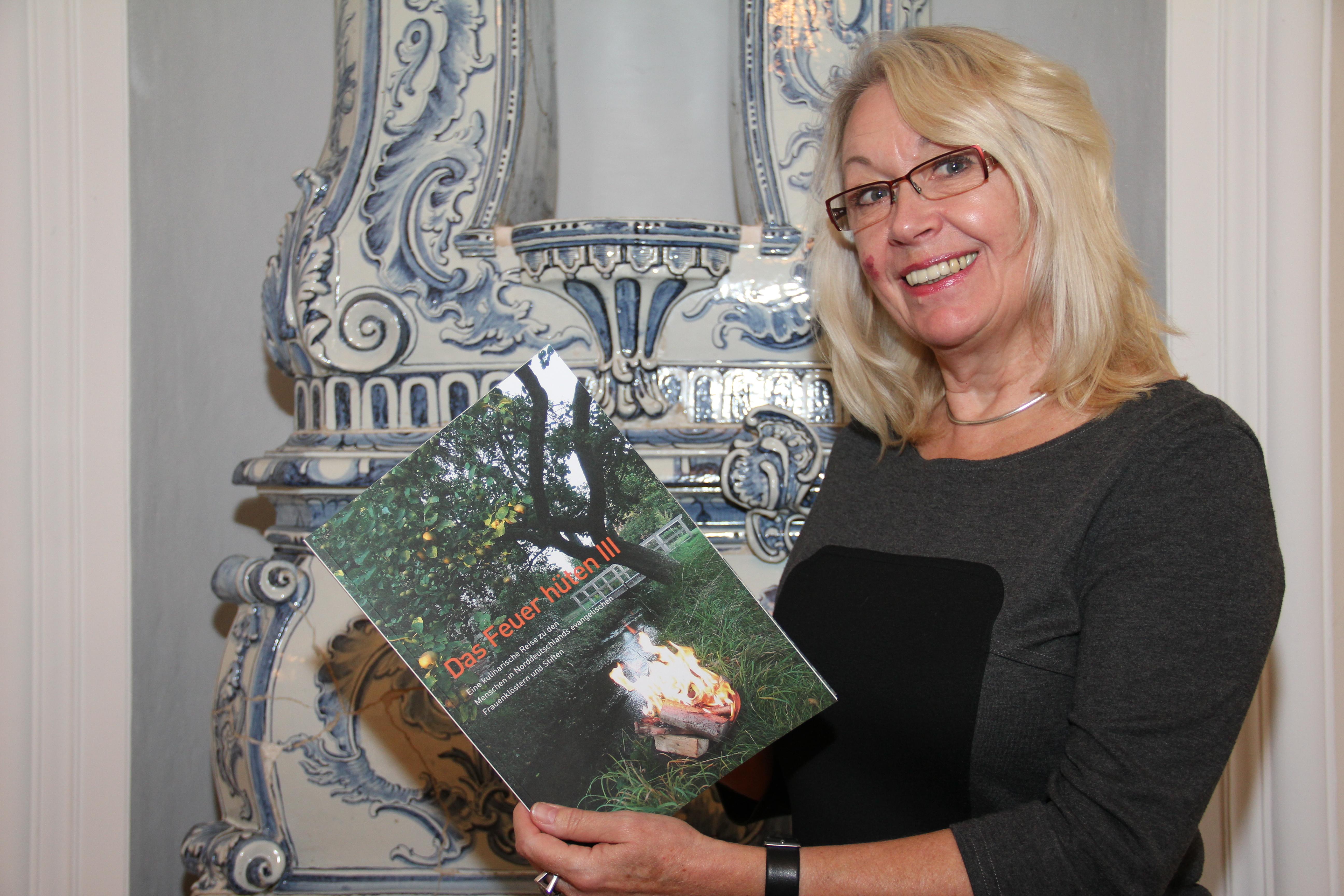 Äbtissin Woitack nimmt die neue Ausgabe in Empfang, Foto: Kristina Weidelhofer